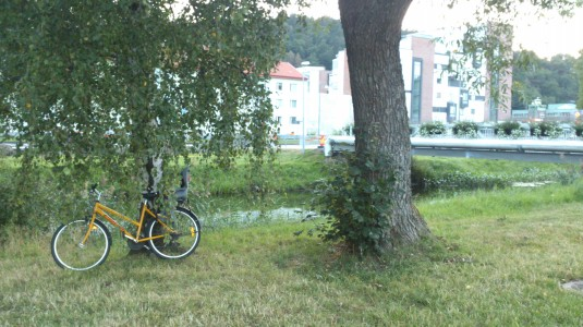 Upphittad-gul-Orange-damcykel-SODA-City-med-barnsits-vid-Ågatan-Bild-01